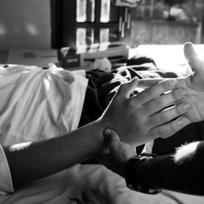 Anderson, 20 anos, teve um acidente em um estádio de futebol. Ele foi atingido por uma bala de borracha, que perfurou sua cabeça e teve um traumatismo craniano. Isto foi no dia 6 de dezembro de 2009 e ele está em casa desde o dia 30 de dezembro. Desde então ele se recuperou muito. Ele chegou em casa de cadeira de rodas, com traqueostomia, sem muitos movimentos. Desde o começo de fevereiro, está fazendo fisioterapia com o Leandro. Esta fisioterapia é paga pelo Coritiba, time de futebol que tem o estádio onde aconteceu o acidente. Eles arcaram com esta responsabilidade e desde então a recuperação do Anderson tem sido muito grande. Ele está andando, ele fala, ainda com um pouco de dificuldade. Ele pensa e raciocina, porém as palavras não saem.  Quando chegamos a casa dele, a Evellyn, sua namorada, recebeu a gente muito bem. Os dois, na verdade. Anderson tinha feito um empadão para gente – ele era chefe de cozinha – e a Evellyn fez um suco de maracujá para sentarmos à mesa e comer. (André) É um casal jovem. Eu fico imaginando, o Anderson, com 20 anos, e a Evellyn, de 18 anos, que, depois do acidente, largou o emprego, tudo para cuidar do namorado. Ela é uma menina maravilhosa. Eles namoram há 3 anos. Vê-se que ela é muito carinhosa, que ela ama, que gosta muito dele. Ela cuida dele com muito carinho e é fantástico encontrar esse amor, essa dedicação em uma menina de 18 anos. Ela é dedicada e isso ajuda muito ele. É uma casa gostosa, torna o clima gostoso porque a gente os vê rindo o tempo todo. O Anderson é um moleque que não pára de rir. Ele fala das coisas dele e ri. Fala que na cabeça dele tem um tampão que está faltando. Falta uma parte do tampão do crânio. Visualmente é enorme. Ele fala rindo. Ele pediu para tocar para eu ver como é molinho o cérebro dele e como não tem tampão, você encosta no cérebro. É uma sensação horrível. Eu toquei com muito cuidado. Parece que você está tocando a moleira de uma criança.