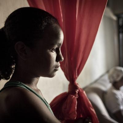 Cristiane Rodrigues Novais11 anos, solteira, 6 irmãos, estudantemãe: Marileide Rodrigues Santosé nascida e criada em Igatuvem de uma família de 6 irmãos; é a caçula da famíliaestuda na 5a série, em Andaraí; para tanto, acorda todos os dias às 5 da manhã e volta às 12hquando está em casa, ajuda sua mãe, que trabalha na casa de outra famíliacozinha, arruma a casa, lava a louça, lava a roupasua mãe, Ledinha, trabalhava na roça quando era jovemteve 1 filho e foi abandonada pelo pai da criançacasou-se com outro homem, garimpeiro, e teve 5 filhos com elecriou os filhos lavando roupa para foraIMPRESSÃO/INSPIRAÇÃO:Nêga, apelido de Cristiane, é uma menina cheia de vida. Tem um rosto ótimo, que reflete a alegria de ser menina-moça. Achamos nossa mãezinha, a menina que ainda é muito jovem, mas que já tem responsabilidades em casa, cuidando dos irmãos e da casa para que os pais possam trabalhar fora para conseguir dinheiro. Ela é uma menina um pouco tímida, mas que falou bem conosco na entrevista. Ela gostou muito de André e das fotos que fizemos dela. /