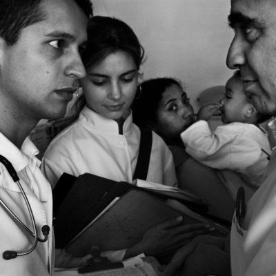 Hospital Pequeno Principe, Curitiba, PR, Brasil, Brazil, 2006, © Andre Francois / Grupo de residentes acompanha o Doutor Paulo. Cada caso é analisado e estudado pelo grupo.