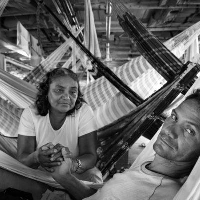 Dona Ruth viaja com o filho Wemerson de volta para Santarém, onde moram. O moço morava em Manaus onde trabalhava com um irmão, mas teve que começar um tratamento depois de passar muito mal e ser levado para o hospital.  Wemerson sente fortes no estomago desde criança, mas nunca recebeu um diagnostico preciso. Depois deste ultimo mal estar, sua doença foi tratada como uma inflamacao no pancreas. Dona Ruth nao aguardou a ajuda do TFD, pois disse que demora muito, e ela nao esperaria até a hora da morte do filho. Ja perdeu um parente pela demora no tratamento. Foi liberada com o filho do hospital, mas Wemerson ainda sentia muitas dores, e nao comeu praticamente nada nos quatro dias de viagem. Os dois viajavam no ultimo andar do barco, com a rede atada proxima ao barulhento motor. '. Imagens tratadas pela Marina / Dona Ruth viaja com o filho Wemerson de volta para Santarém, onde moram. O moço morava em Manaus onde trabalhava com um irmão, mas teve que começar um tratamento depois de passar muito mal e ser levado para o hospital.  Wemerson sente fortes no estomago desde criança, mas nunca recebeu um diagnostico preciso. Depois deste ultimo mal estar, sua doença foi tratada como uma inflamacao no pancreas. Dona Ruth nao aguardou a ajuda do TFD, pois disse que demora muito, e ela nao esperaria até a hora da morte do filho. Ja perdeu um parente pela demora no tratamento. Foi liberada com o filho do hospital, mas Wemerson ainda sentia muitas dores, e nao comeu praticamente nada nos quatro dias de viagem. Os dois viajavam no ultimo andar do barco, com a rede atada proxima ao barulhento motor. '. Imagens tratadas pela Marina