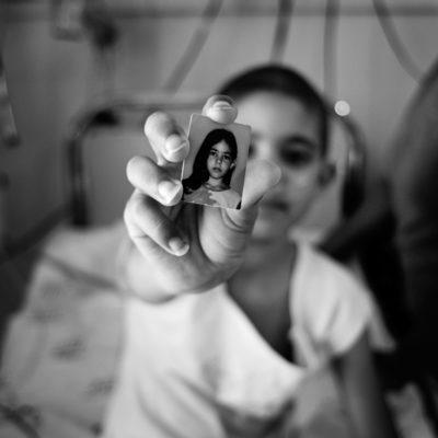 André françois 2006 © Hospital Brigadeiro, São Paulo, SP, Brasil Brazil. / A paciente Jéssica, de oito anos, conversava coma Dr. Elisa sobre a possibilidade de sair da UTI e, eventualmente, obter alta do hospital. Sua mãe e as enfermeiras cercavam o leito e distraiam Jéssica com conversas e jogos de celulares. Jéssica gosta