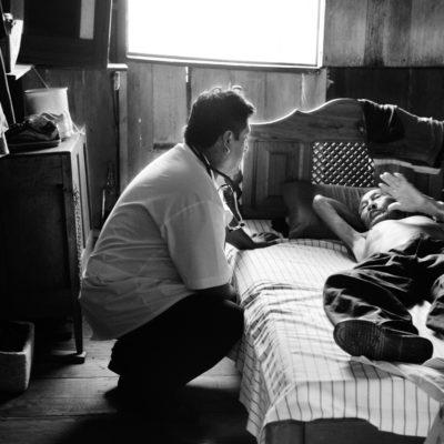 Coari, AM,  Brasil, Brazil, 2006, © Andre Francois / O médico da família atende de barco nesta região, onde o acesso ao posto de saúde é ainda mais difícil. Dr. Fernando parte de voadeira para distribuir medicamentos e encaminhamentos, Luiz, agente do posto de saúde do bairro do Pêra, já passou pel