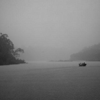 Pagina dupla! / Sob chuva fina, o barco navega com a proteçao das lonas. Estamos chegando à casa de Antonia, todos estao ansiosos.. Imagens tratadas pela Marina