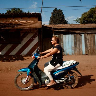 Diálise peritonial. Pacientes bolívianos da clínica Nefrom e  acompanhantes. Dona Lurdes é muito ativa e vivaz, é difícil acreditar que ela seja doente, e seu marido uma simpatia! Ela descobriu sua doença há cinco anos e durante oito meses fez hemodiálise, mas seu corpo não se adaptou e suas veias não agüentavam gerando uma série de problemas como tromboses, necessidade de transfusão de sangue e uma consecução de tentativas frustradas.Foi então que seus médicos, Dr. Marcelo e Dr. Gustavo, sugeriram que ela mudasse para a diálise peritonial. Com a DP, Lurdes receberia o equipamento para o tratamento no consulado da Bolívia mensalmente e poderia se tratar em casa e fazer retornos para acompanhamento em sua clinica em Porto Velho no Brasil.Desde que Lurdes faz DP, nunca teve problema algum, nunca teve infecções e leva sua vida normalmente com muita vivacidade. Diz que se sente muito tranqüila e que está passando muito bem. Sem dúvida, fica muito claro que ela está muito satisfeita com seu tratamento. Moto. / Diálise peritonial. Pacientes bolívianos da clínica Nefrom e  acompanhantes. Dona Lurdes é muito ativa e vivaz, é difícil acreditar que ela seja doente, e seu marido uma simpatia! Ela descobriu sua doença há cinco anos e durante oito meses fez hemodiálise, mas seu corpo não se adaptou e suas veias não agüentavam gerando uma série de problemas como tromboses, necessidade de transfusão de sangue e uma consecução de tentativas frustradas.Foi então que seus médicos, Dr. Marcelo e Dr. Gustavo, sugeriram que ela mudasse para a diálise peritonial. Com a DP, Lurdes receberia o equipamento para o tratamento no consulado da Bolívia mensalmente e poderia se tratar em casa e fazer retornos para acompanhamento em sua clinica em Porto Velho no Brasil.Desde que Lurdes faz DP, nunca teve problema algum, nunca teve infecções e leva sua vida normalmente com muita vivacidade. Diz que se sente muito tranqüila e que está passando mu