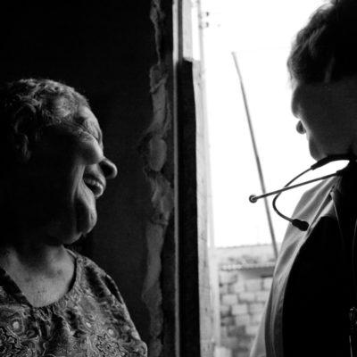 Saímos com a equipe para conhecer alguns dos pacientes atendidos pelo SAID (Serviço de Assistência de Internação Domiciliar). Dra. Ana Lúcia Tomazzini logo nos chamou atenção pelo trabalho dedicado. Acompanhamos a médica, com a equipe (Patrícia, terapeuta ocupacional, Flávia, assistente social, Alexandra, técnica de enfermagem) na casa de Antônio Vicente Ferreira e de Friciano José Alvez. Ambos os pacientes moram em lugares muito simples, em bairros na periferia de Campinas. Dra. Ana trabalha com assistência domiciliar há 10 anos. Sua vontade de fazer seu trabalho pode ser sentida no brilho de seus olhos. Quando fala de seus pacientes, da profissão, do carinho que tem pelo trabalho, seus olhos não cansam de encher de lágrimas. A média de um médico que trabalha com assistência domiciliar é de 2 anos, porque a carga emocional que esse emprego impõe é muito grande, pode ser desgastante. É difícil para um médico, ela conta, demonstrar fraquezas, e neste trabalho, dificilmente, esta será driblada o tempo todo. Ana não se importa de chorar, de demonstrar suas fraquezas. É por isso que conseguiu trabalhar tanto tempo na casa das pessoas. O toque, conta, é fundamental. Ela precisa ter contato com seus pacientes, ouvi-los, senti-los. Isso, para ela, faz parte do trabalho. Isso faz parte de ser humano. Ela lida com pessoas, não com pacientes.Antônio Vicente Ferreira tem 54 anos e está há 4 meses acamado, recebendo o atendimento do SAID. Desde alguns anos, ele tem problemas com álcool e envolvimento com drogas, e seu diagnóstico recente, por estar acamado, não é preciso. Médicos especulam que ele sofreu um AVC (acidente vascular cerebral), mas a conclusão só seria possível graças a uma tomografia especializada, indisponível em Campinas. Para o diagnóstico, Antônio teria que ir a São Paulo, o que em sua atual condição, seria inviável. Sua cuidadora é a mãe, Maria do Espírito Santo Ferreira, de 84 anos, e a irmã, Aparecid