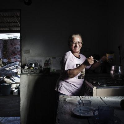 """Maria José dos Santos Jucá63 anos, separada, 12 filhos (dentre os quais, uma filha morreu), trabalhadora rural, integrante do Movimento de Mulheres Trabalhadoras Rurais do Sertão Centralvem de uma família de descendentes brancos, negros e índiosnasceu em um sítio perto de Jericó, onde morou com os paiscresceu em uma família com 14 irmãos, mas somente 8 viveramestava no colégio para se tornar uma freira, mas quando saiu de férias, desistiu de concluircasou-se aos 16 anos com seu primeiro namorado e morou vizinha aos paisera muito trabalhadora, ficava na roça, costurava para fora, buscava água nas cacimbasseu marido não a ajudava em casa; ficava por dias fora de láele começou a agredi-la; Maria pediu para seu pai tomar providências e ele não fez nada; ela ficou desoladao marido tinha muito ciúmes de Maria; o casal tinha uma diferença de 11 anos; ele estudou até a 5a série, ela até o 2o grauuma vez em que apanhou, estava grávida do 3o filho; seu sogro disse ao filho: """"Você não bateu em Maria, bateu em seu desaforo""""o casamento durou 27 anos, mas Maria separou-se dele quando ele se ausentou de casa por 1 mês e 8 diasela ficou com outro homem por uma noite e depois se separou do maridose envolveu com o sindicato de trabalhadores ruraisele não deu pensão para os filhoshoje Maria está bem solteira; já teve alguns namorados, mas prefere ficar sozinhaseus filhos estão sempre por perto, protegendo a mãeela é muito ativa, faz diversos cursos oferecidos para a 3a idadeMargarida tem 87 anos e 12 filhos, dentre os quais Maria Jucá, que entrevistamosIMPRESSÃO/INSPIRAÇÃO:Maria é uma simpática senhora que abriu sua casa e sua história de vida para nós. Sua casa e história foi a primeira de Serra Talhada. Ainda estávamos criando vínculos, mas ela foi muito gentil. Apresentou toda a sua casa, a cisterna que tem no jardim para recolher água, e seu jardim, sua terapia predileta. Lá ela planta limão, laranja, capim"""