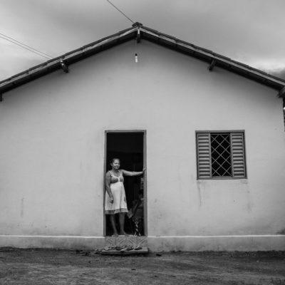 Raimunda Pereira de Sousa (11/09/62), 52 anos, casada, 3 filhos, 6 netos, dona de casa, paciente de hanseníase que já fez tratamento. Marido: Antônio Augusto de Sousa (07/09/58), 56 anos, vaqueiro, paciente de hanseníase que já fez tratamento (fim 2009/começo 2011).Falamos com Paulo, um agente de saúde de Jacilândia, que nos acompanhou até a casa de Raimunda.Entramos em sua casa e conhecemos sua família. A filha grávida estava no sofá fazendo crochê. Seu marido, Antônio, nos recebe com um sorriso. Passamos pelos cachorros e até pelo papagaio, que estava em cima de um pé de goiaba e sentamos no quintal para conversar. Raimunda Pereira de Sousa tem 52 anos e tem 3 filhos e 6 netos. Tinha manchas no corpo durante 3 a 4 anos e nunca pensou que pudesse ser a hanseníase. Foi só quando seu pé machucou e não sarava, que percebeu que era algo mais sério. Tinha pouca sensibilidade nos pés e mãos quando descobriu que tinha hanseníase, há 2 anos. Começou o tratamento, que durou um ano, e hoje já está curada. Seu marido, Antônio Augusto de Sousa, de 55 anos, também foi diagnosticado com a doença e fez o tratamento entre o final de 2009 até o começo de 2011.Saímos da casa de Raimunda e seguimos mais 30km até Araguanã para almoçar. Sandro, que nos acompanha, recomenda um restaurante da cidade. Comemos um peixe e batemos um papo enquanto descansávamos do sol quente do meio dia.